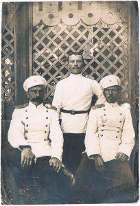 Офицеры 59-го Люблинского полка. Я.Я. Зальцман - справа. 1903.