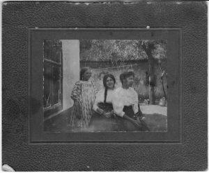 Наташа и Нина Зальцман (справа и в центре). Село Чубаевка (под Одессой). 12 августа 1912.