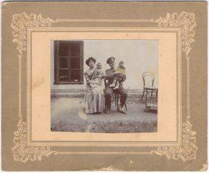 Мария Николаевна с Павлом и неизвестными. Село Чубаевка (под Одессой). 12 августа 1912.