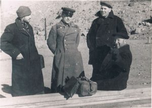 Пяндж, аэродром. Декабрь 1938. Зальцман - слева.
