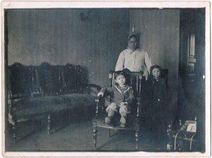 Павел Зальцман с няней и неизвестной. 1915-1916,