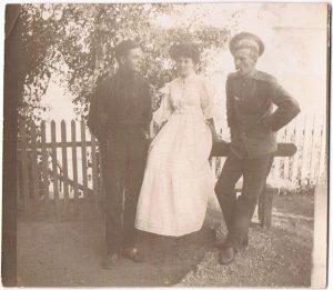 Групповой портрет. Одесса. 1909. Я. Я. Зальцман - справа.