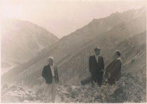 "Съемки фильма ""Ботагоз"". Алма-Атинское озеро. 1956. Павел Зальцман - в центре, Ефим Арон - справа."