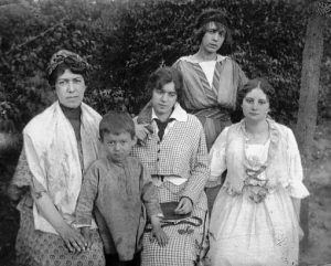 Maria Zaltsman with children Pavel, Nina, Natalia (standing) and unknown. Odessa. 1917-1920.