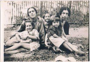 Наталья и Нина с дочерьми. Франция. Конец 1920-х.